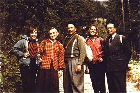 Альпи:дочка Леся, дружина Ярослава, Бандера, дочка Наталя та член проводу ОУН Дмитро Миськів. Середина 50-х років