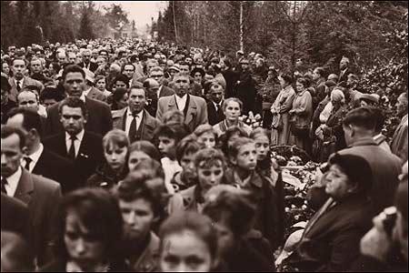 Люди на похованні Бандери у Мюнхені на цвинтарі Вальдфрідгоф